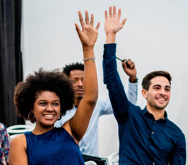 Alumnos levantando la mano realizando mientras realizan los test disc