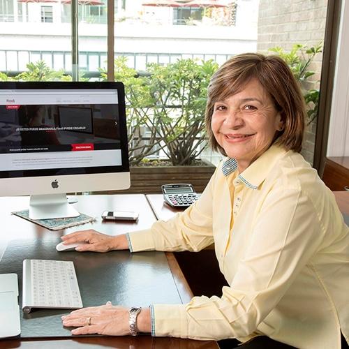 Ejecutiva de Finxs Colombia en su oficina de representación de la herramienta de test disc