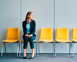 Imagen de candidata esperando una entrevista como referencia a los criterios para selecionar vendedores con el sistema Finxs