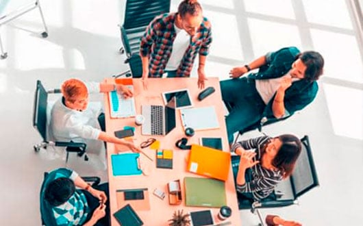 Equipo de trabajo usando Herramientas para Medir el Desempeño Organizacional Disc - Finxs