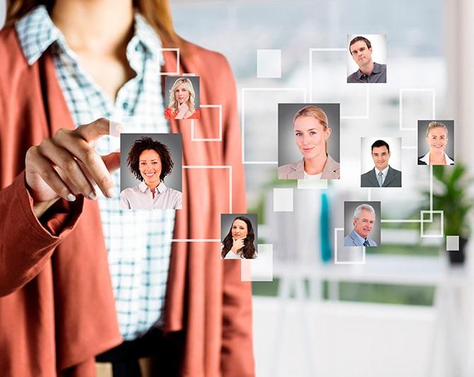 Ejecutiva revisando fotografías de personas para representar el proceso para identificar el estilo de comportamiento espontaneo de las personas con pruebas disc - Finxs