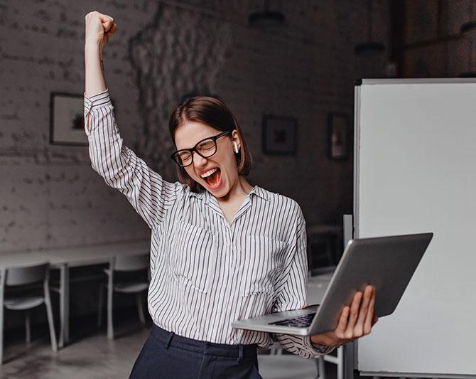 Imagen de una ejecutiva emocionada al ver los resultados de su test disc - FinxS
