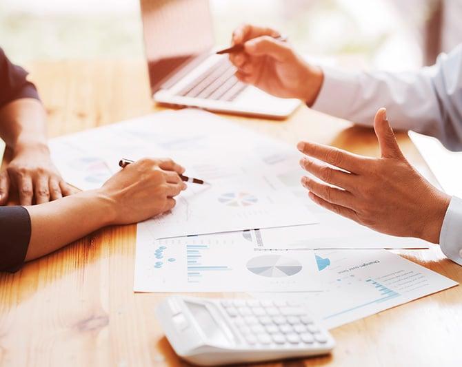 Imagen de graficas estadisticas sobre un escritorio que ilustran los resultados de Evaluaciones de Desempeño Laboral 360 - Finxs