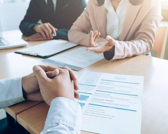 Imagen de candidatos en entrevista realizando uno de los tipos de pruebas de selección de personal - FinxS
